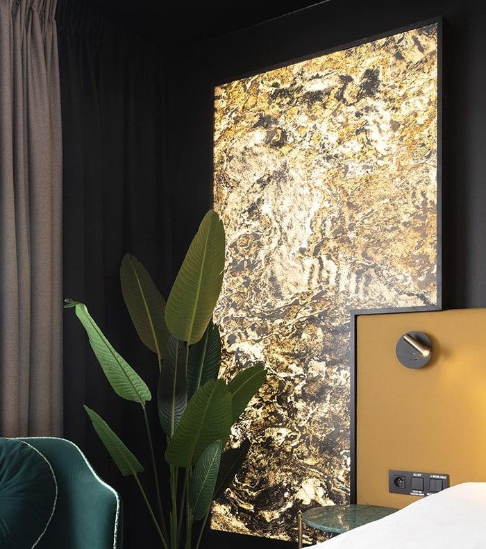 Feuille de pierre 100% naturelle StoneLeaf Translucide modèle Moscou sur les murs d'une chambre d'hôtel