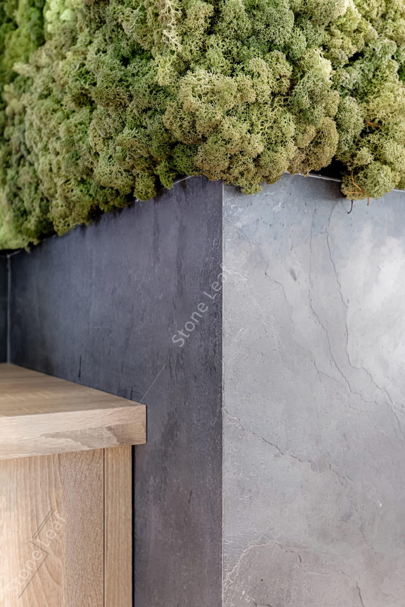 Feuille de pierre 100% naturelle sur le pilier d'une boutique