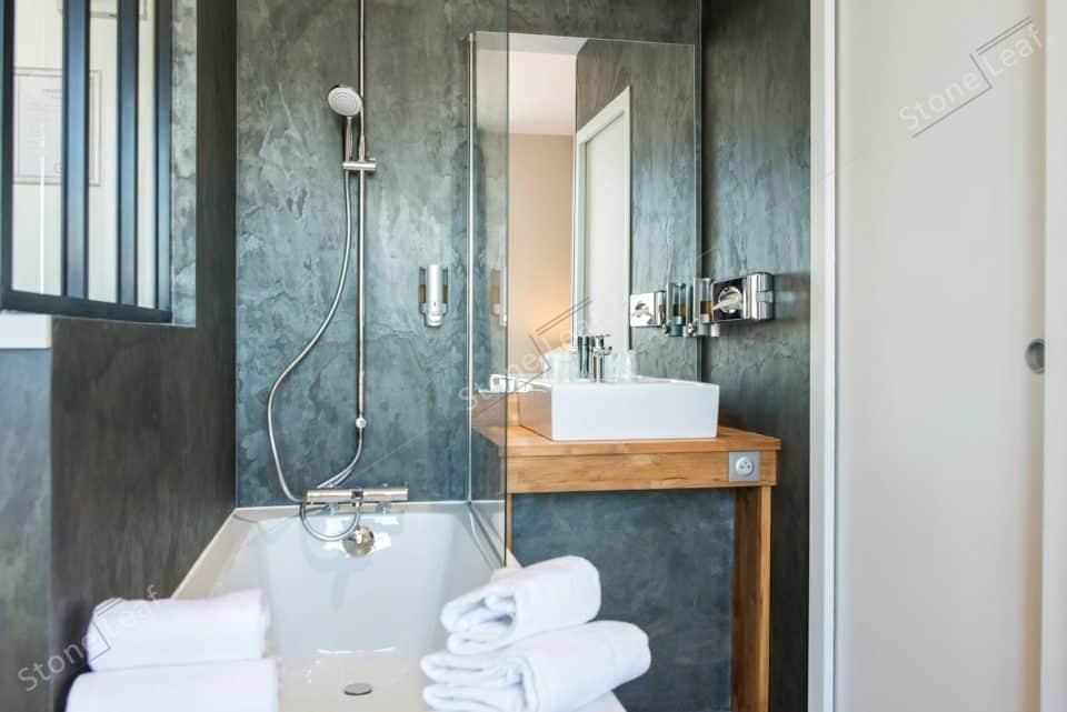 Feuille de pierre 100% naturelle sur le mur d'une salle de bain