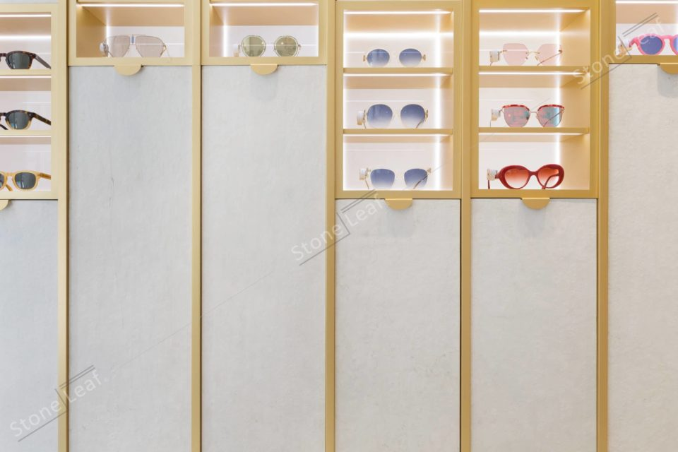 Feuille de pierre 100% naturelle Helsinki sur les meubles d'une boutique