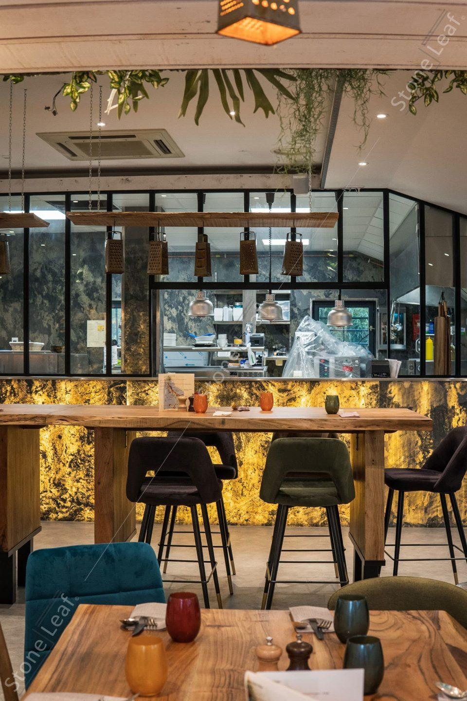 Feuille de pierre 100% naturelle translucide Moscou sur le comptoir d'un bar