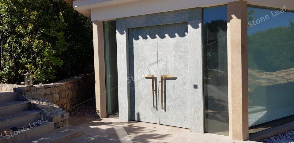 Feuille de pierre 100% naturelle sur une porte d'entrée