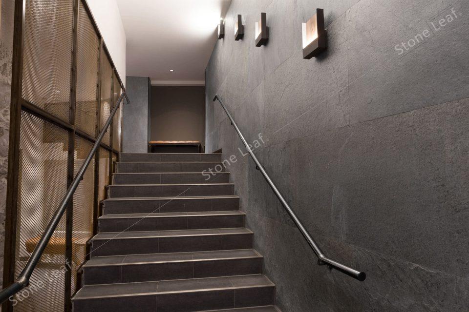 Feuille de pierre 100% naturelle en habillage de cage d'escalier