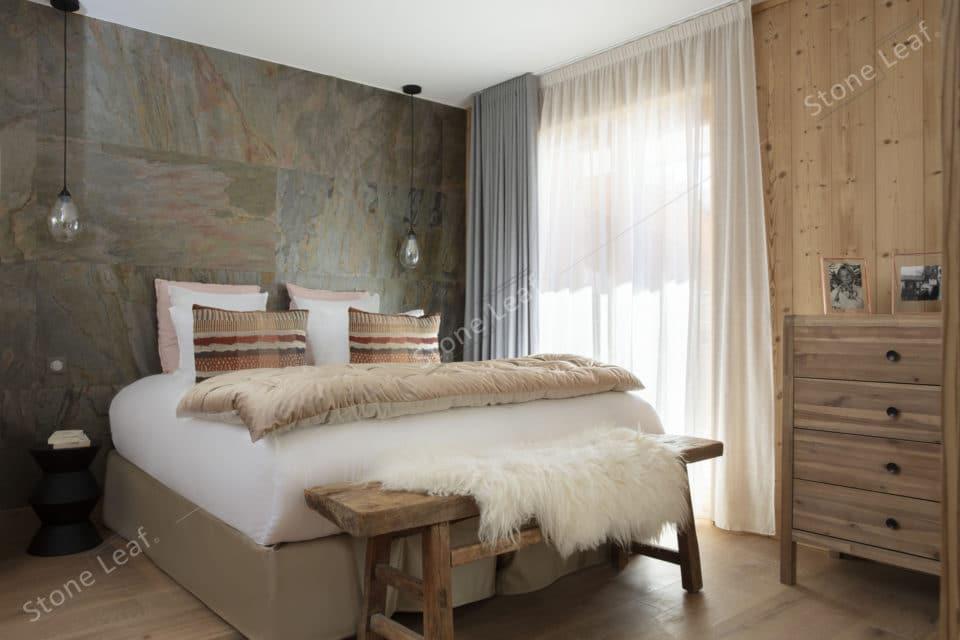 Feuille de pierre 100% naturelle Goa en revêtement mural dans une chambre d'hôtel