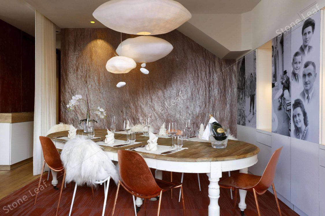 Feuille de pierre 100% naturelle Saint-Tropez en revêtement mural dans la salle à manger d'un hôtel
