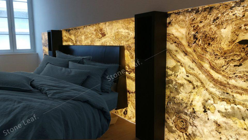 Feuille de pierre 100% naturelle translucide Prague sur une tête de lit
