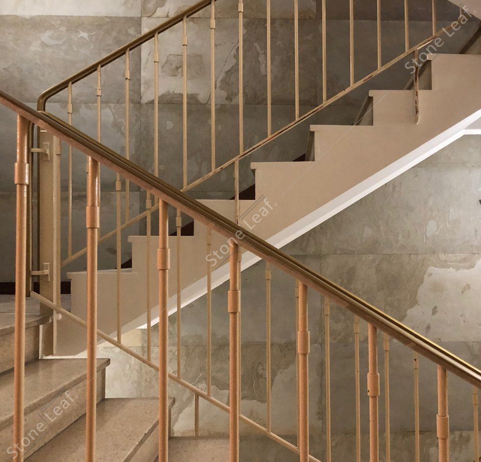 Feuille de pierre 100% naturelle en cage d'escalier