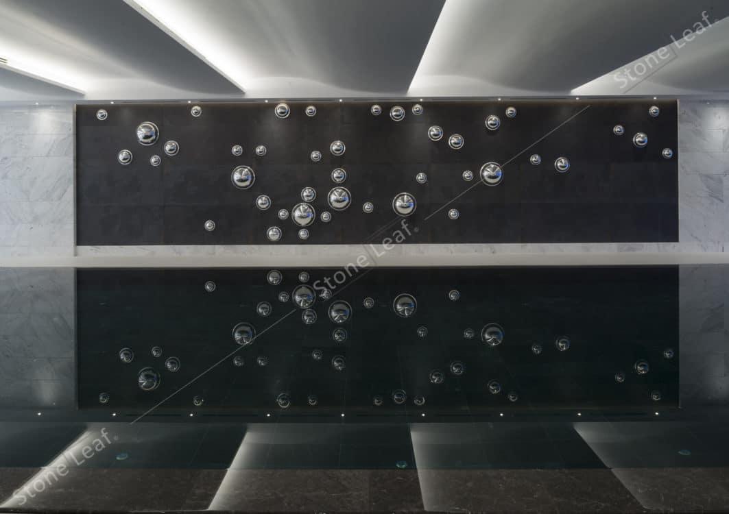Feuille de pierre 100% naturelle sur les murs d'une piscine