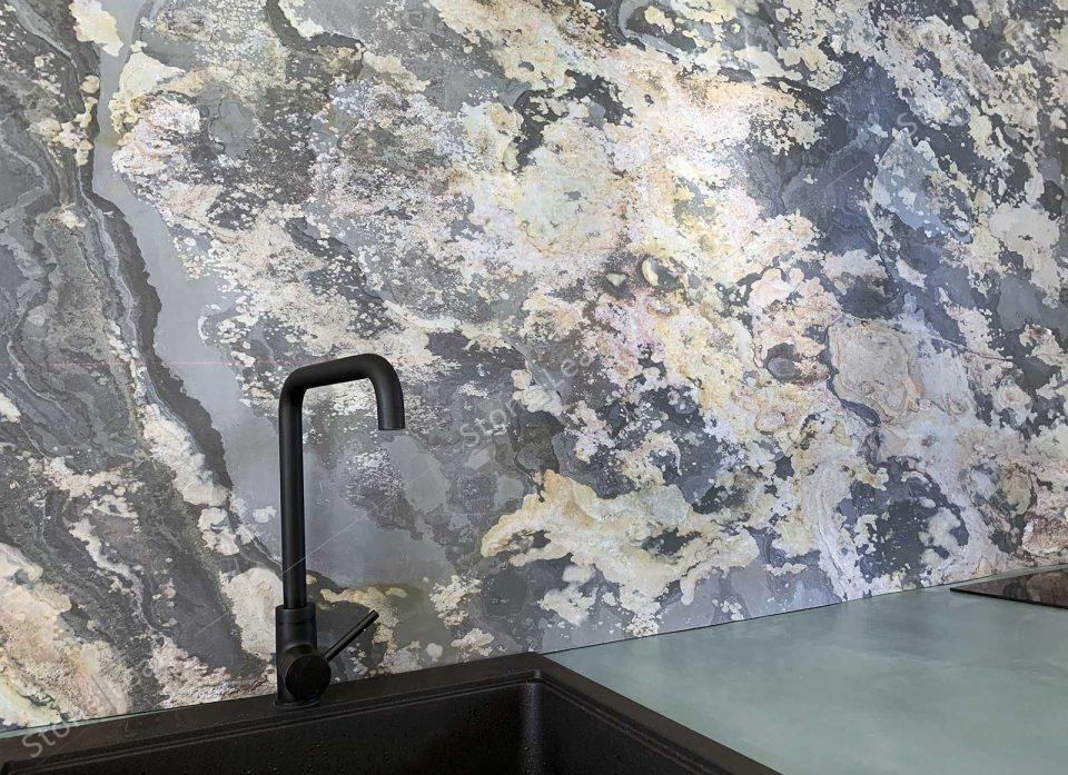 Feuille de pierre 100% naturelle en crédence d'une cuisine