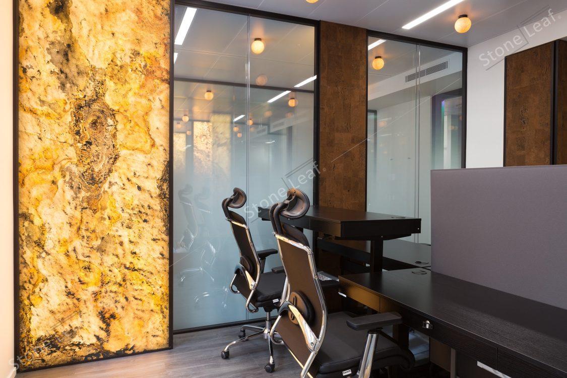 Feuille de pierre 100% naturelle translucide dans un open space