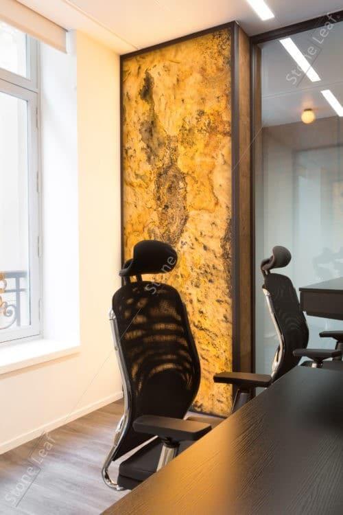 Feuille de pierre 100% naturelle translucide sur la colonne d'un bureau