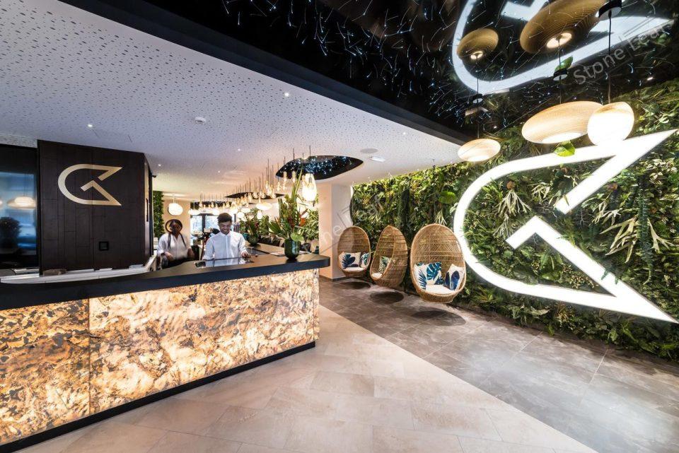 Feuille de pierre 100% naturelle translucide Prague sur le comptoir d'un hotel