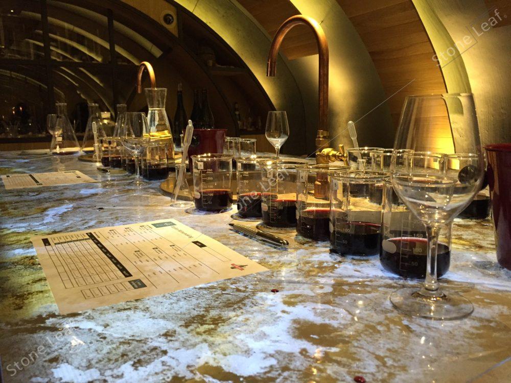 Table de degustation avec feuille de pierre naturel Prague translucide, cave, louvre.