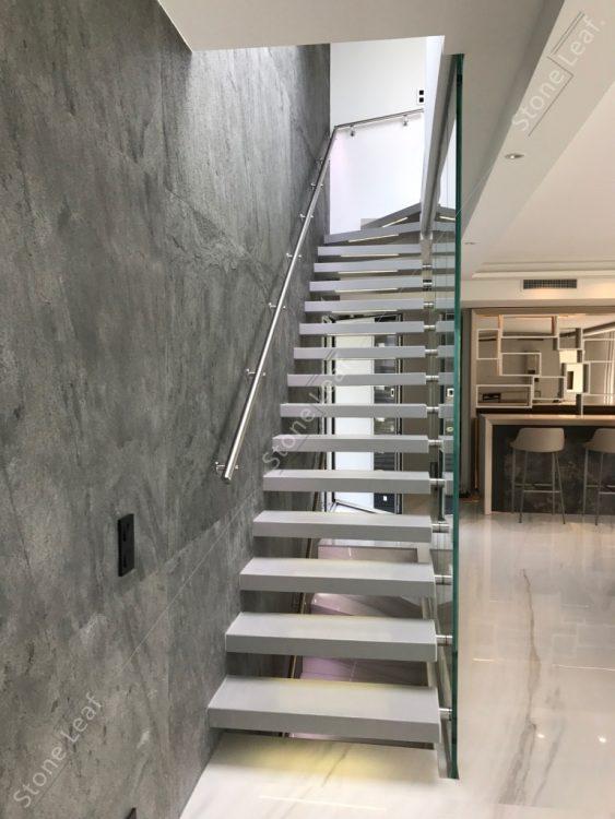 Feuille de pierre 100% naturelle sur le mur d'un escalier