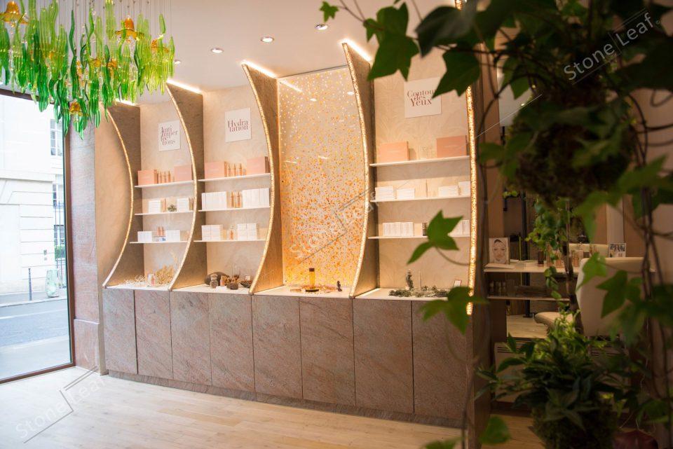 Feuille de pierre 100% naturelle sur du mobilier en boutique