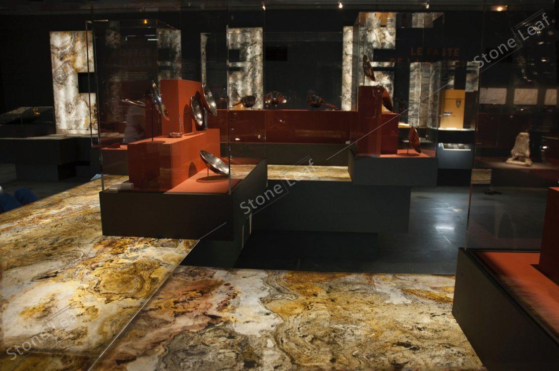 Feuille de pierre 100% naturelle translucide Prague au sol d'un musée