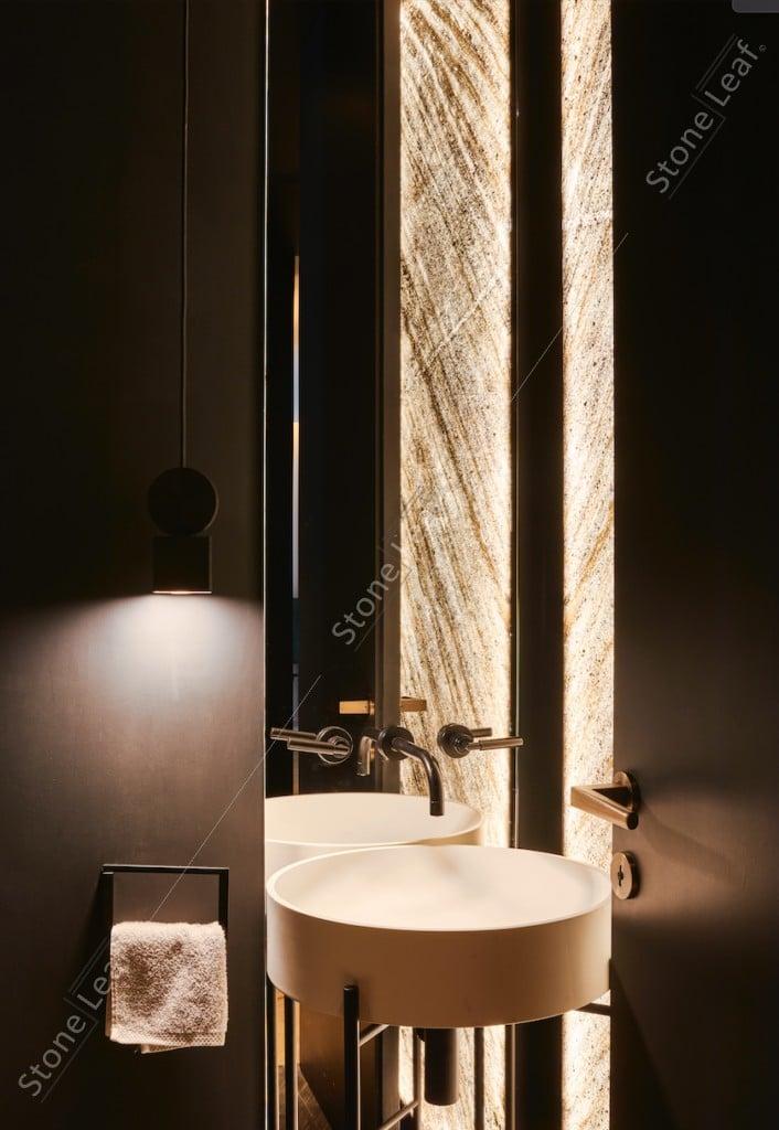 Feuille de pierre 100% naturelle translucide sur mur sanitaires