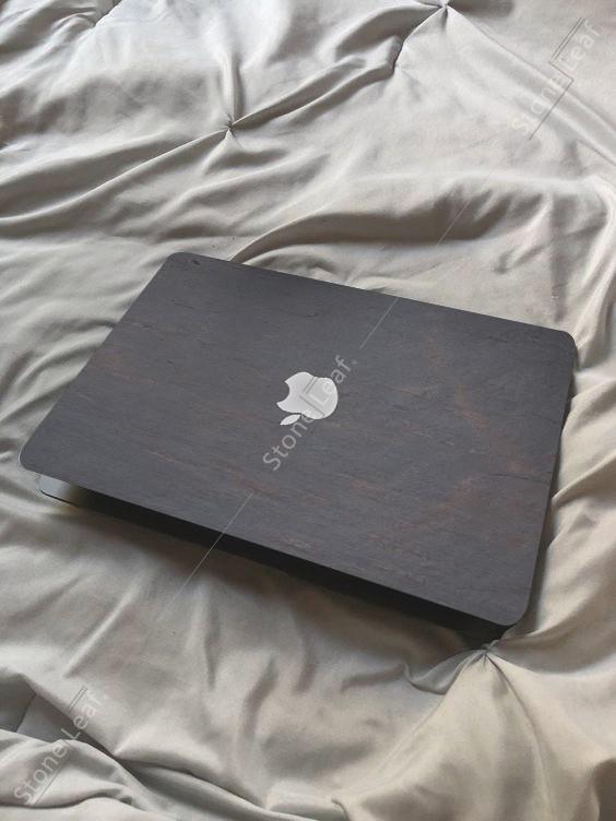 Cover MacBook en pierre 100% naturelle Budapest sur un lit