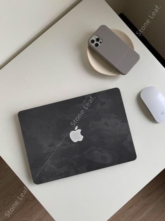 Cover MacBook en pierre 100% naturelle Londres sur une petite table
