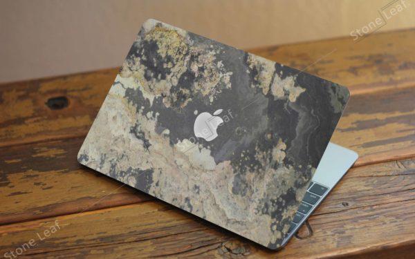 Cover MacBook en pierre 100% naturelle Moscou sur un comptoir
