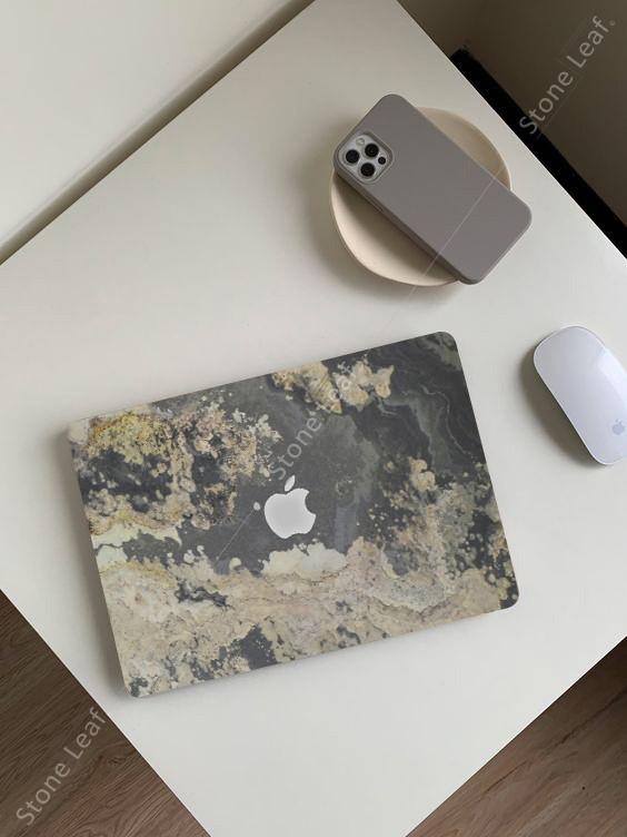 Cover MacBook en pierre 100% naturelle Moscou sur une table basse