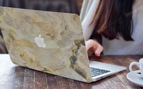 Cover MacBook en pierre 100% naturelle Prague en situation
