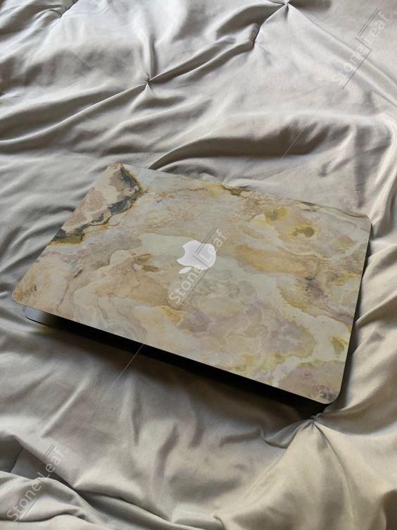 Cover MacBook en pierre 100% naturelle Prague sur un lit