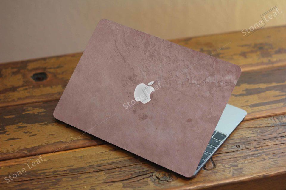 Cover MacBook en pierre 100% naturelle Rio sur un comptoir