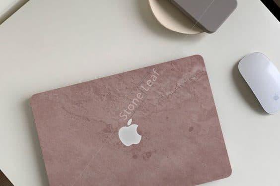 Cover MacBook en pierre 100% naturelle Rio sur une table basse