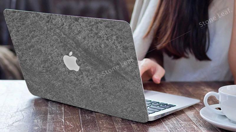 Cover MacBook en pierre 100% naturelle Canberra en situation