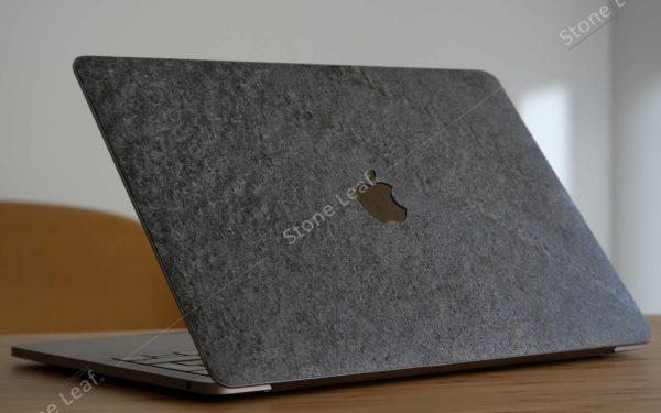 Cover MacBook en pierre 100% naturelle Canberra sur un bureau